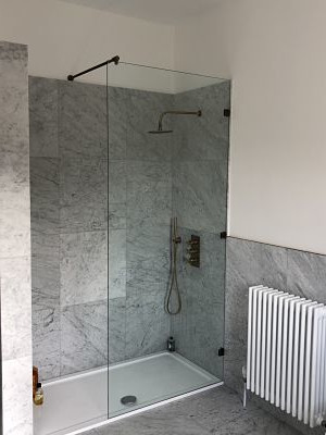Fixed shower screen